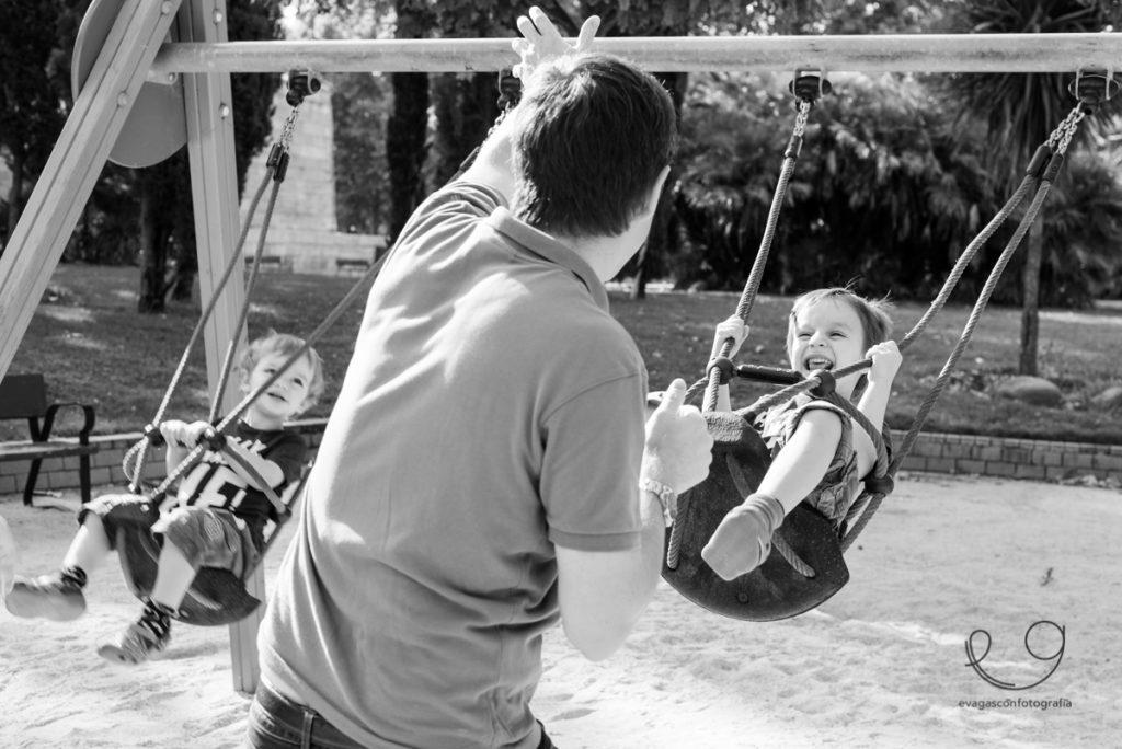 niños en columpio