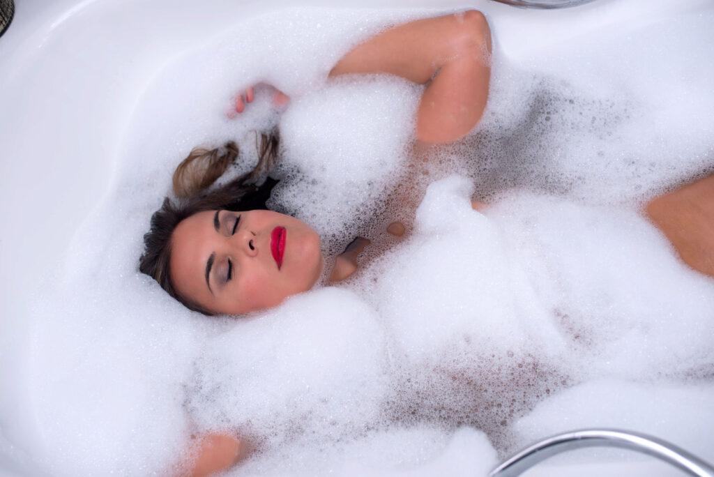 Mujer disfrutando en la ducha ©Eva Gascon