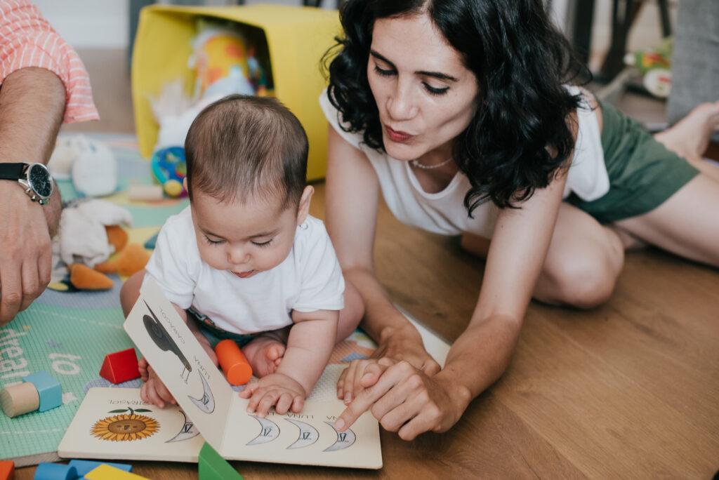 Madre leyendo un cuento con su bebé ©Eva Gascon