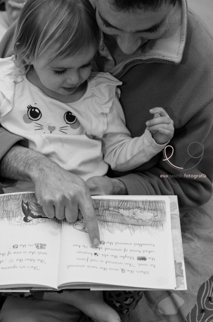 Padre leyendo un cuento con su hija pequeña