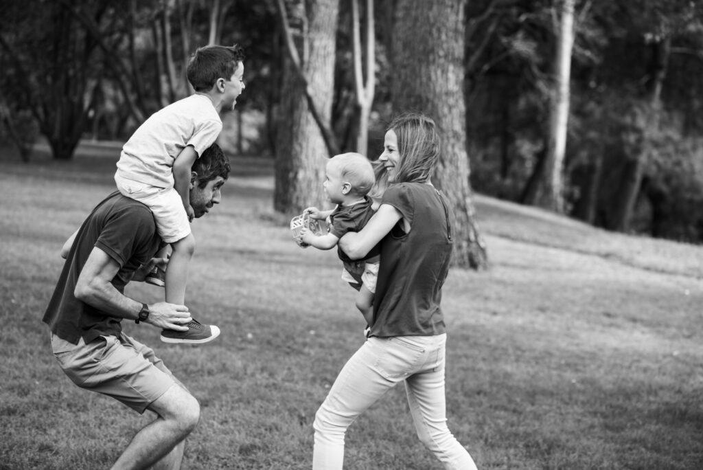 Familia disfrutando de juego libre en el parque de siempre. La belleza de lo cotidiano ©EvaGascon