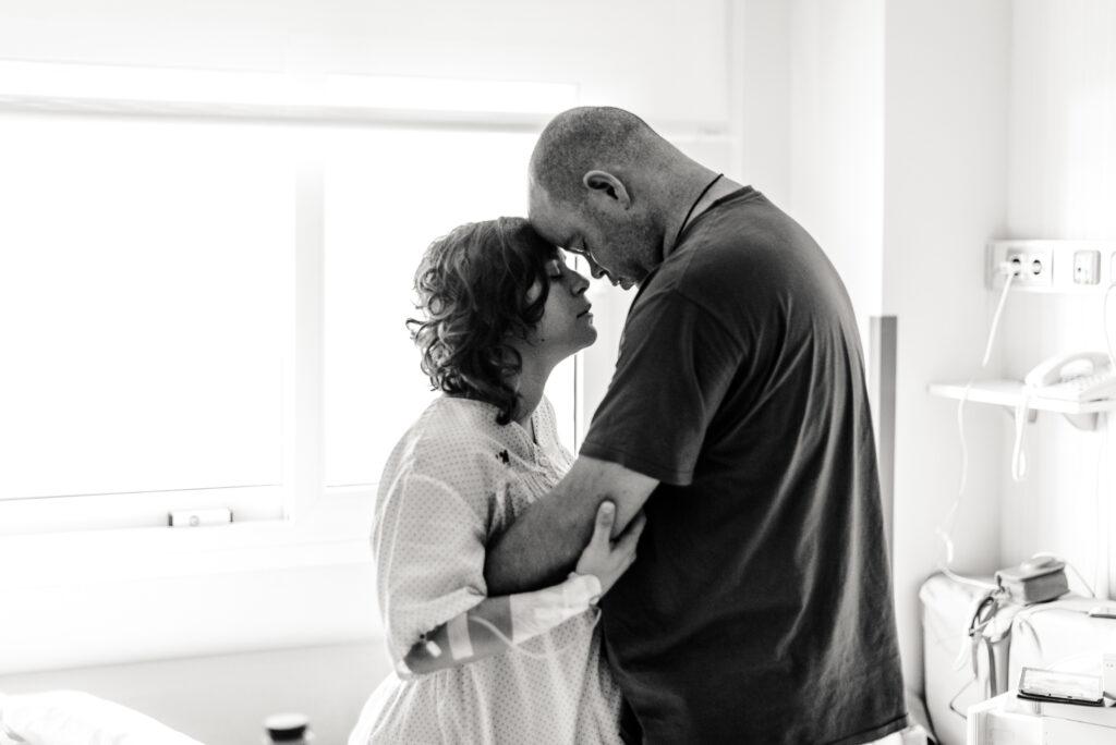 Pareja en dilatación antes del parto ©EvaGascon
